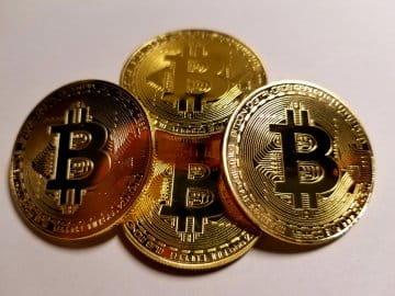 Gambar beberapa medali mewakili Bitcoin, yang merupakan media pertukaran elektronik yang disukai di kalangan penjudi online.